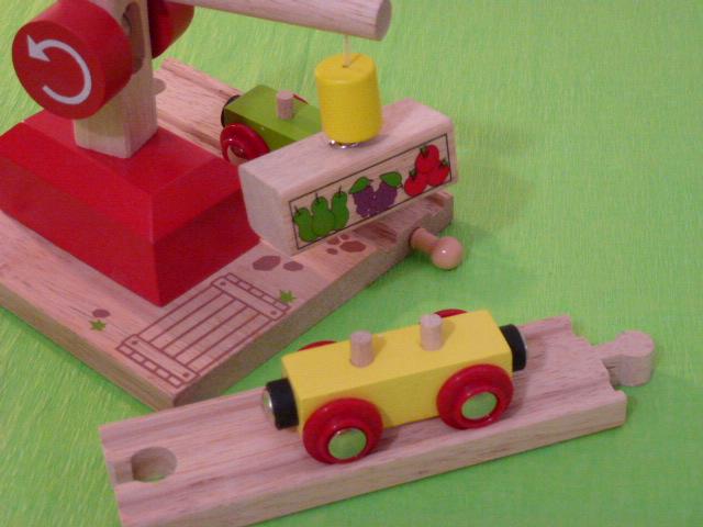 Wagon towarowy z owocami do dźwigów magnetycznych