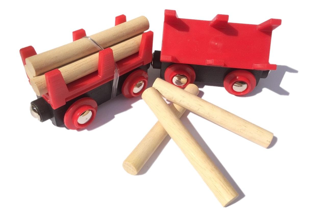 Wywrotka czerwona z drewnem do pociągu towarowego